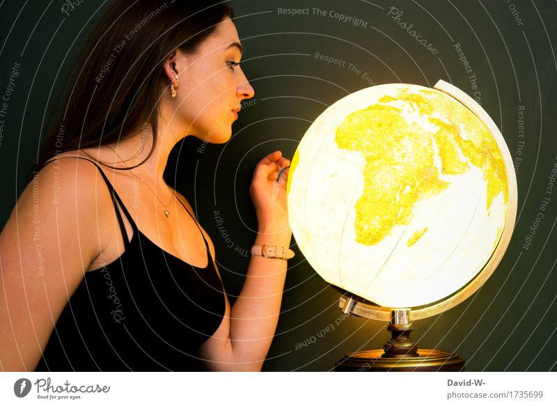 junge Frau mit einem leuchtendem Globus weltweit weltreise betrachtend global golden Junge Frau hübsch planung weltoffen Länder Kontinente Geographie Geografie