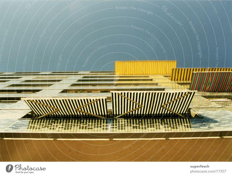 sonenblendenhaus 2 Sonne Architektur Streifen Balkon Häuserzeile
