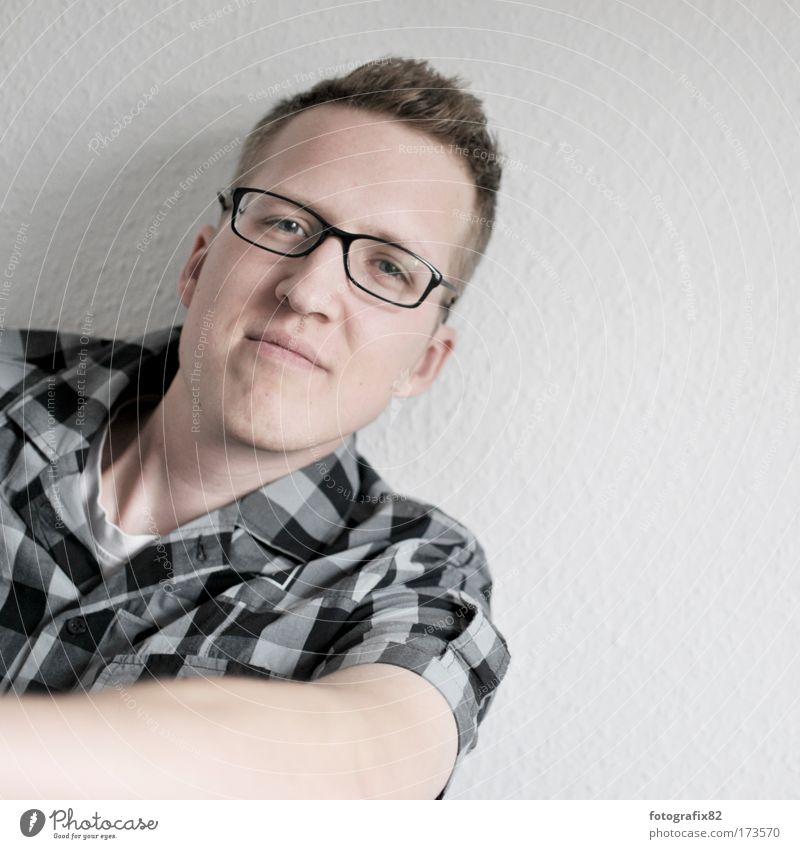 karo auf rauhfaser Mensch Mann Porträt Jugendliche Gesicht Wand Erwachsene Arme Wohnung maskulin Brille Hemd Blick Lächeln kariert anlehnen