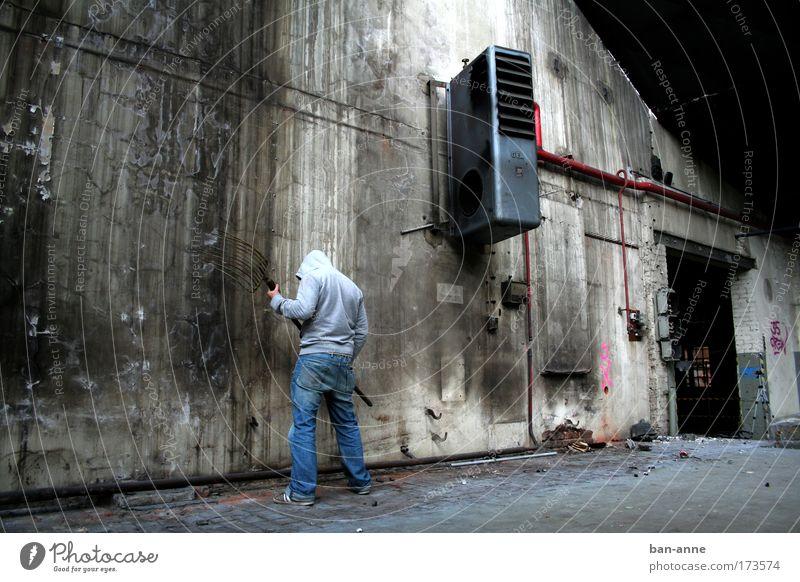 Gegen die Wand.. Gedeckte Farben Innenaufnahme Kontrast Ganzkörperaufnahme Rückansicht Blick nach unten Industrie Mensch maskulin Rücken 1 Industrieanlage