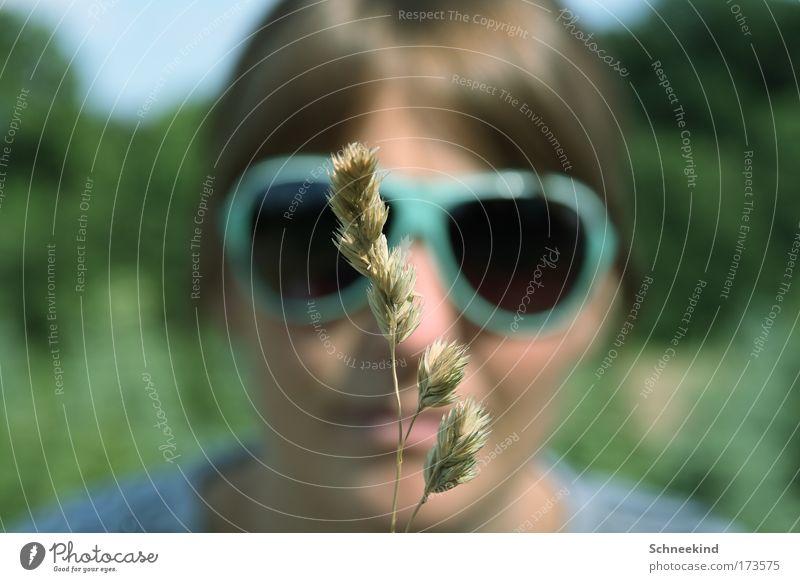 AF Farbfoto Außenaufnahme Tag Schatten Kontrast Schwache Tiefenschärfe Zentralperspektive Porträt Vorderansicht Blick in die Kamera Junge Frau Jugendliche Kopf