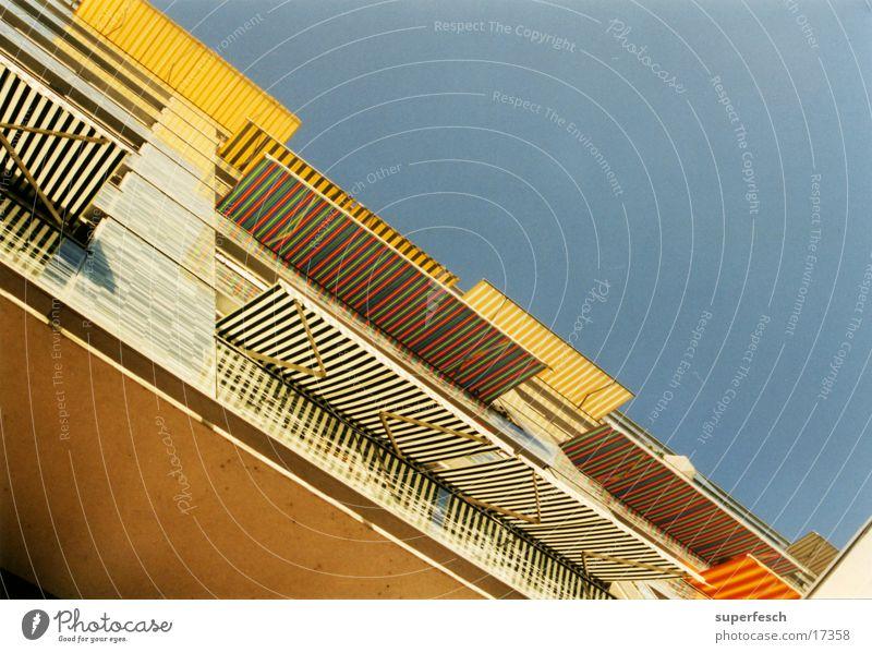 sonnenblendenhaus 1 Balkon mehrfarbig Streifen Architektur Sonne Schatten