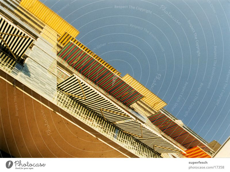 sonnenblendenhaus 1 Sonne Architektur Streifen Balkon Häuserzeile