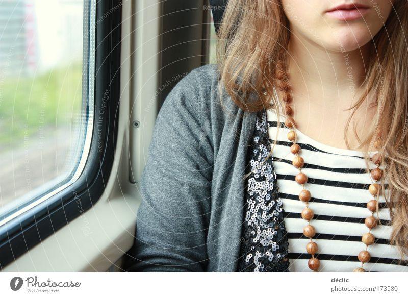 Ausflug Frau Mensch Jugendliche Pflanze Erwachsene feminin Kopf Haare & Frisuren Gras blond Mund sitzen Haut Verkehr Eisenbahn Streifen