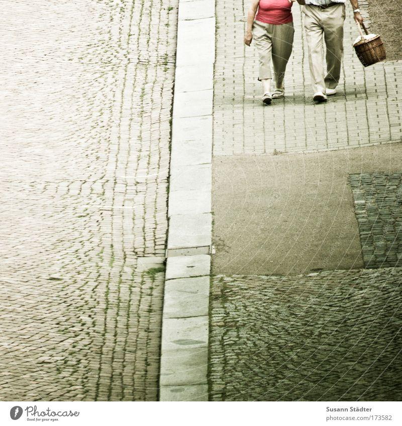 Doppelherz Mensch Frau Mann Freude Liebe Straße feminin Senior Glück Beine Fuß Zusammensein Zufriedenheit gehen Fröhlichkeit authentisch