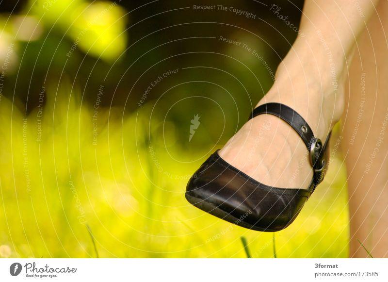 SCHICKER SCHUH schön Sonne Sommer Ferien & Urlaub & Reisen ruhig Erholung feminin Garten Beine Stimmung Park Fuß Schuhe Zufriedenheit sitzen