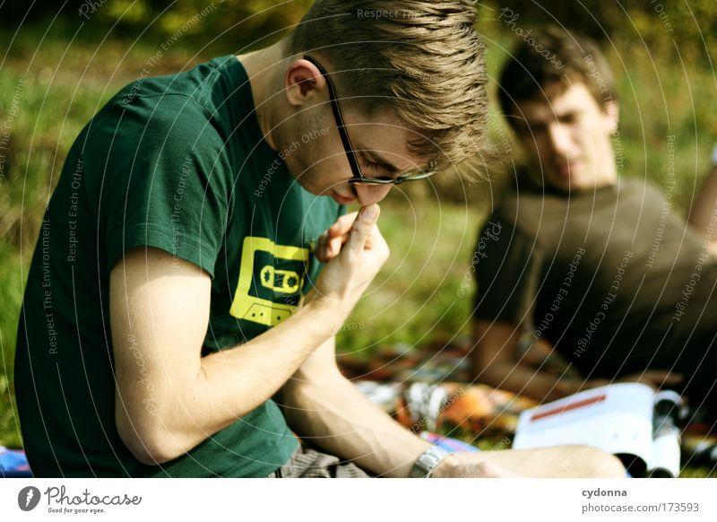 Lektüre Mensch Mann Natur Jugendliche Sommer ruhig Leben Erholung Menschengruppe träumen Landschaft Freundschaft Erwachsene Außenaufnahme Umwelt