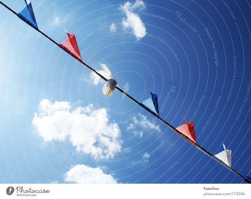 Wimpel für Willma... ;-) Himmel blau weiß rot Sonne Sommer Wolken oben Wärme hell Stoff Spitze Fahne Schönes Wetter lang Sommerurlaub