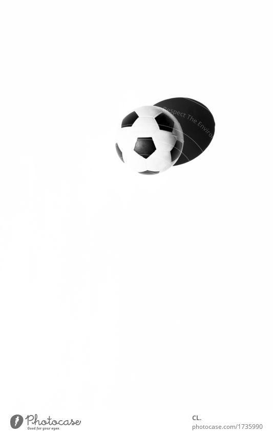 was zur verfügung stand / ball Freizeit & Hobby Spielen Kinderspiel Sport Fitness Sport-Training Ballsport Fußball rund schwarz weiß Freude Farbfoto