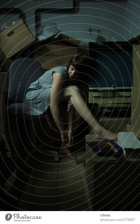 rumpelkammer 01 Mensch Jugendliche blau grün schwarz Erwachsene Junge Frau dunkel feminin grau 18-30 Jahre Beine braun Raum Arme sitzen
