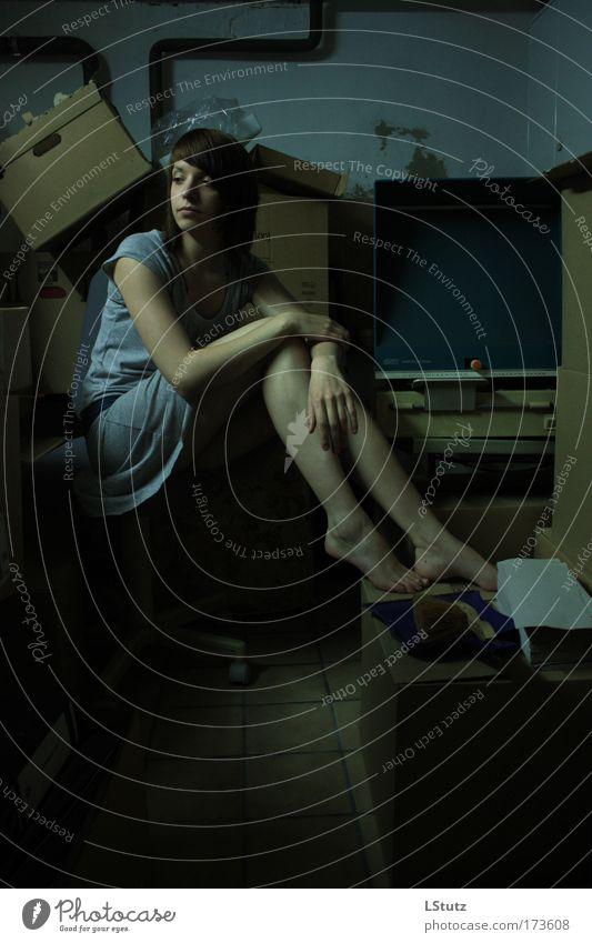 rumpelkammer 02 Mensch Jugendliche blau grün Einsamkeit schwarz Erwachsene Junge Frau dunkel feminin grau Traurigkeit 18-30 Jahre träumen braun sitzen