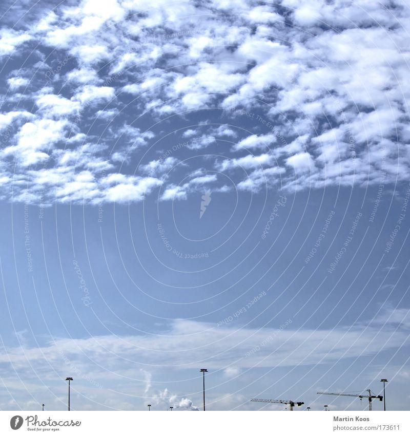 im aufbau Himmel Wolken Horizont Platz modern Geschwindigkeit Erfolg planen Zukunft Baustelle Umzug (Wohnungswechsel) Laterne Gesellschaft (Soziologie) Kran Konstruktion bauen