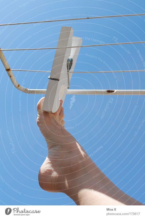 zum Lüften raushängen Sommer Beine Fuß Ordnung nass Sauberkeit Schönes Wetter skurril Wäsche waschen hängen Geruch Wäsche trocknen Barfuß Zehen lüften