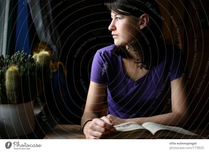 look. Farbfoto Innenaufnahme Schatten Wegsehen lernen Schüler feminin Junge Frau Jugendliche 1 Mensch Buch lesen beobachten Bildung Gefühle geheimnisvoll