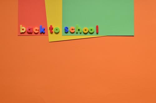 Schule faengt wieder an Kind Freude orange Arbeit & Erwerbstätigkeit Schriftzeichen Kindheit Fröhlichkeit lernen Papier Zeichen lesen Bildung schreiben