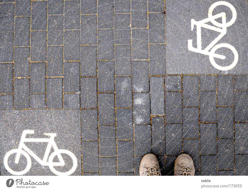 (KI09.01) confusion Mensch Ferien & Urlaub & Reisen Freude Straße Denken Fuß Freizeit & Hobby Schuhe Verkehr Lifestyle Schilder & Markierungen warten