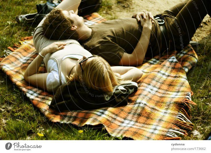 Gedankenlos Mensch Frau Mann Natur Jugendliche Sonne Sommer ruhig Erwachsene Liebe Erholung Umwelt Leben Wiese Gefühle Freiheit