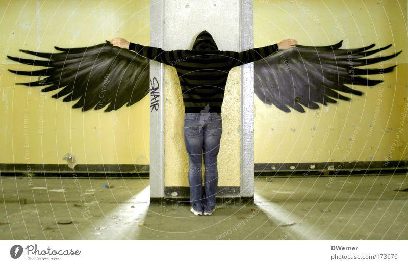 Wesen mit Flügeln Mensch Erwachsene Wand Graffiti Freiheit Mauer Mode Vogel Angst Rücken elegant fliegen maskulin Luftverkehr Engel Jeanshose