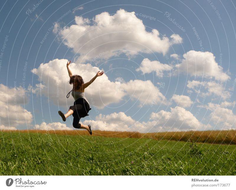 auf ihhhhn Mensch Natur Jugendliche blau grün Freude Erwachsene Wiese feminin Bewegung springen Glück Gesundheit Kraft frei Fröhlichkeit