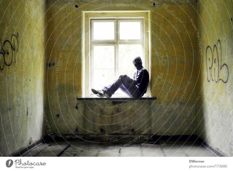 panic room I Ferne Freiheit Renovieren Bildung lernen Mensch 1 Sonne Ruine Mauer Wand Fenster Jacke Graffiti Erholung sitzen träumen Traurigkeit gruselig Sorge