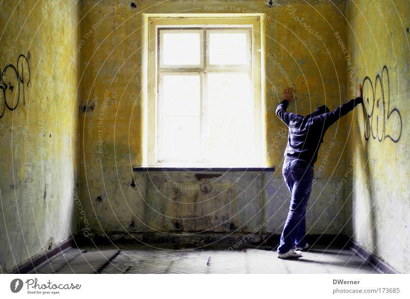 panic room II Mensch Einsamkeit Erwachsene Tod Fenster Wand Stein Traurigkeit Mauer warten maskulin verrückt bedrohlich Trauer 18-30 Jahre Jacke