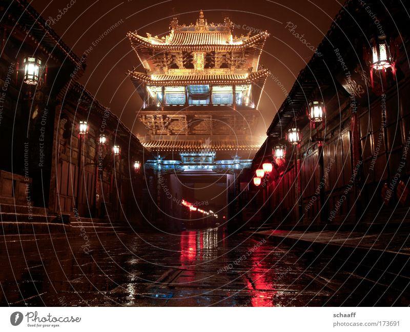 trügerische Ruhe Einsamkeit Haus Straße dunkel Architektur braun ästhetisch gefährlich fahren Turm Urelemente Asien Neugier Dorf Nacht Vergangenheit