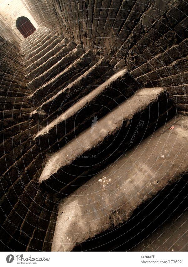 Fluchtweg Gedeckte Farben Außenaufnahme Weitwinkel Kunstwerk Kleinstadt Treppe Tür Stein Backstein ästhetisch dreckig dunkel Ferne braun Kraft Neugier Hoffnung
