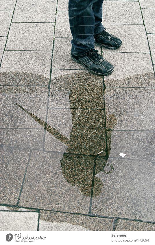Ruhe nach dem Sturm Mensch Wasser Straße Umwelt Traurigkeit träumen Regen Wetter Schuhe Erde nass groß stehen Jeanshose Sauberkeit Neugier