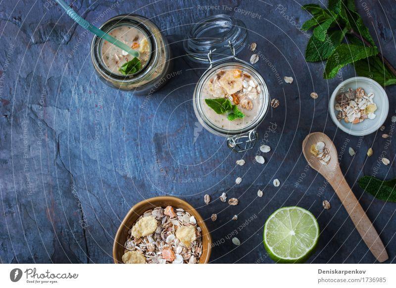 Frucht-Smoothie mit Minze und Müsli Joghurt Apfel Ernährung Frühstück Vegetarische Ernährung Saft Topf Tisch Pflanze frisch blau gelb grün Farbe Beeren