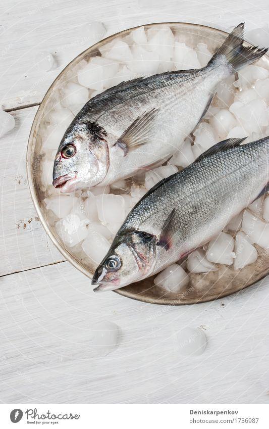 weiß schwarz Speise Holz Metall frisch Ernährung Tisch Fisch Stillleben Teller Verschiedenheit roh Zutaten Vorbereitung Dorado