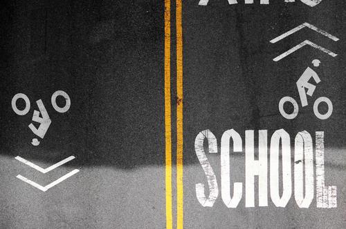 Fahrschule Bildung Verkehr Verkehrswege Personenverkehr Fahrradfahren Straße Wege & Pfade Asphalt Farbe Beton Zeichen Schriftzeichen Schilder & Markierungen