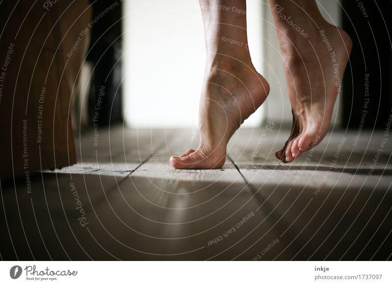 leise Sohlen Lifestyle schön Freizeit & Hobby Tanzen Frau Erwachsene Leben Fuß Frauenfuß 1 Mensch Holzfußboden stehen ästhetisch Gefühle Leichtigkeit