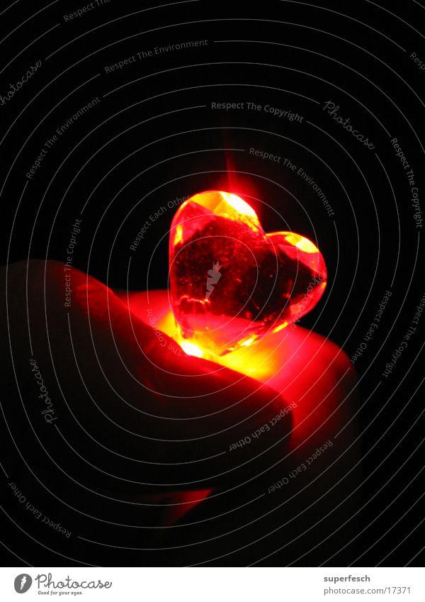 Let Love Rule (2) Lampe Hand Finger Wärme Herz festhalten Liebe Physik Farbfoto Nahaufnahme