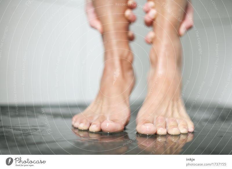 barfuß schön Körperpflege Pediküre Unter der Dusche (Aktivität) Wellness Sinnesorgane Spa Frau Erwachsene Leben Hand Fuß Frauenfuß Barfuß 1 Mensch festhalten