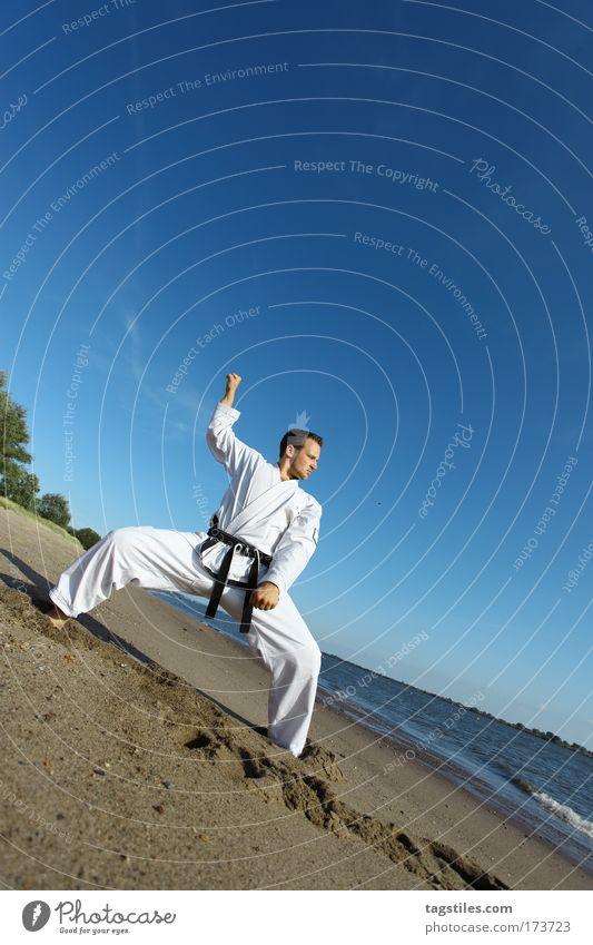DER WÄCHTER Mann Strand schwarz Kraft stark Typ Kontrolle Wachsamkeit kämpfen Kerl Gürtel Kampfsport Defensive Karate Wächter