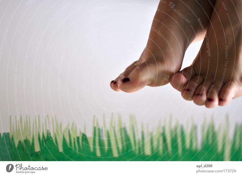 Nach Treter Mensch Natur grün Erwachsene feminin Umwelt Gras Fuß fliegen ästhetisch authentisch 18-30 Jahre Junge Frau Euphorie