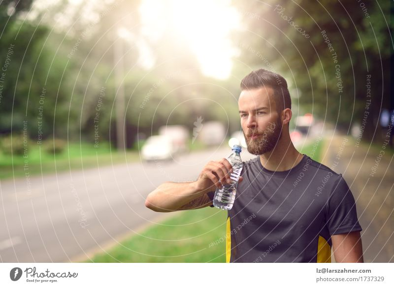 Junger bärtiger Mann, der Tafelwasser trinkt Mensch Jugendliche Sommer 18-30 Jahre Gesicht Erwachsene Wärme Lifestyle Textfreiraum Fitness trinken rein