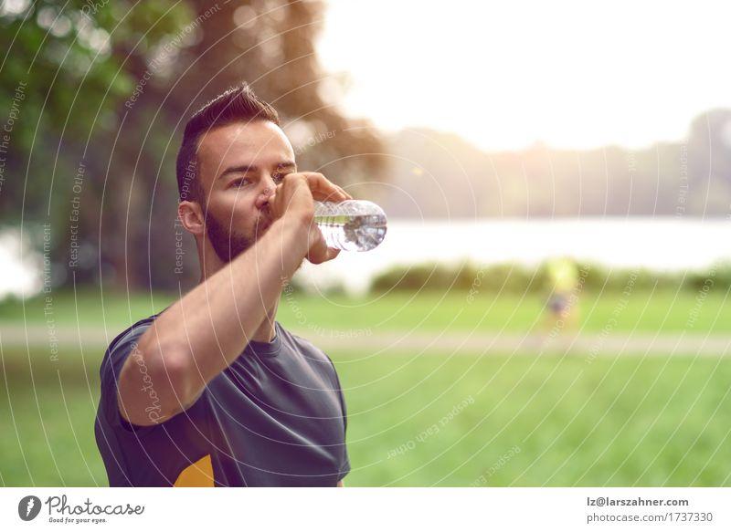 Junger Mann, der Tafelwasser trinkt Mensch Jugendliche Sommer 18-30 Jahre Gesicht Erwachsene Wärme Lifestyle maskulin Textfreiraum Fitness trinken rein