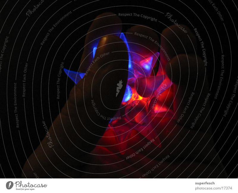 Blinkestern Hand blau rot Lampe dunkel Finger Stern (Symbol) festhalten Mensch glühen