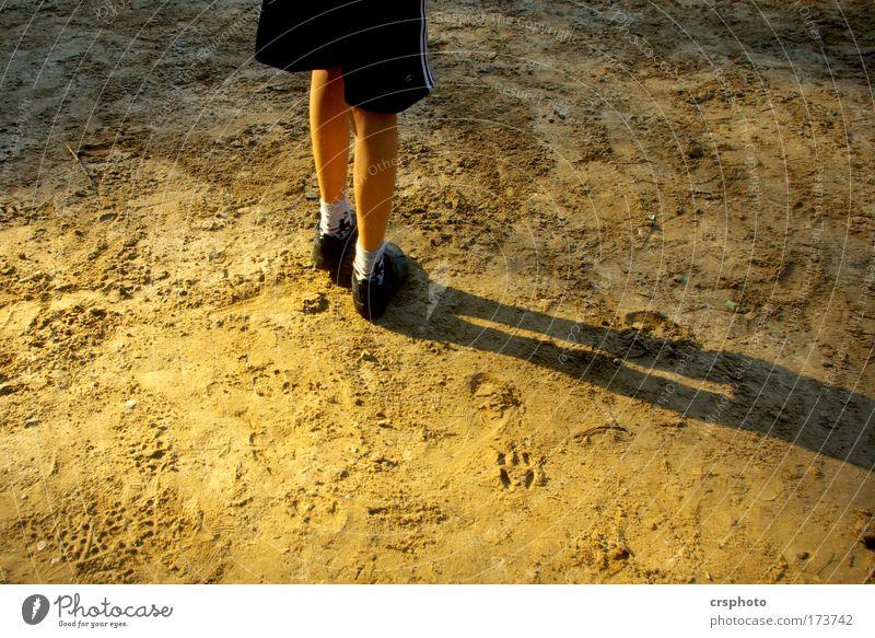 Warten auf den Ball Mensch Jugendliche schwarz Sport Spielen Junge klein Sand Beine Fuß braun Kindheit maskulin Schuhe Freizeit & Hobby warten