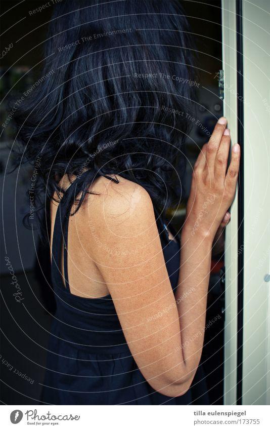 unbekannt Mensch Jugendliche Erwachsene feminin natürlich ästhetisch stehen 18-30 Jahre festhalten geheimnisvoll berühren Junge Frau Momentaufnahme exotisch Verschwiegenheit abgewendet