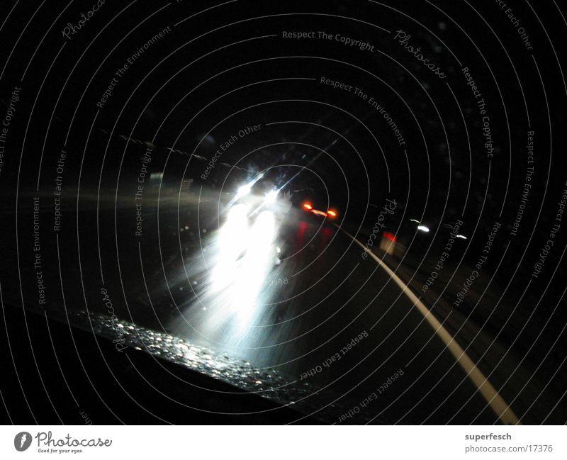 Nachtfahrt 2 Regen Beleuchtung Verkehr fahren Neonlicht Scheinwerfer blenden unterwegs Gegenverkehr