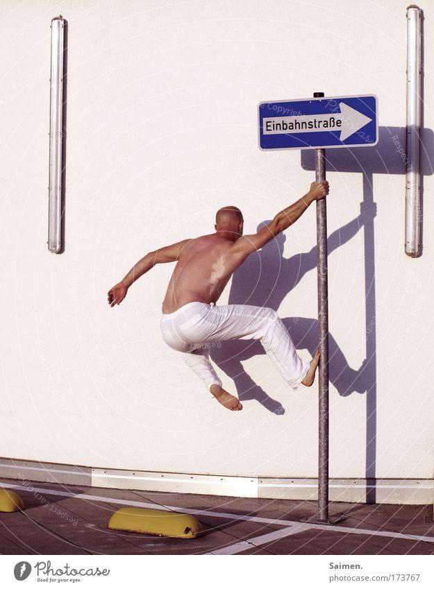urban freeclimbing Mann Stadt Freude Erwachsene Straße Leben Bewegung Körper maskulin Kraft Zufriedenheit Verkehr Rücken Energiewirtschaft Schilder & Markierungen ästhetisch