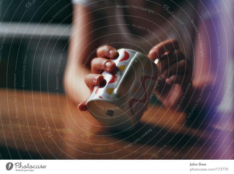 auslöffeln Mensch Jugendliche Hand Arme sitzen Frau Getränk Kaffee trinken festhalten Tee Gelassenheit Geschirr lecker Tasse gemütlich