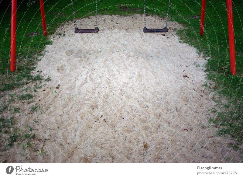 Spielplatzromantik rot Sommer Sand Metall Freizeit & Hobby Fußspur Schaukel Anschnitt Kinderspiel benutzbar