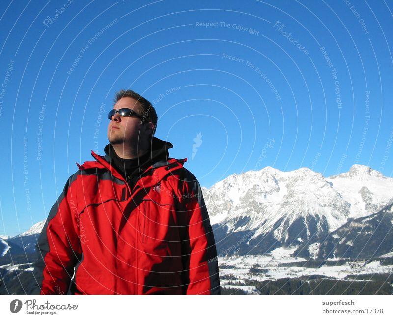 Gipfelstürmer Winter Dachsteingruppe Sonnenbrille Mann Alpen Berge u. Gebirge Winterbekleidung Blick nach oben ernst Wolkenloser Himmel Winterurlaub