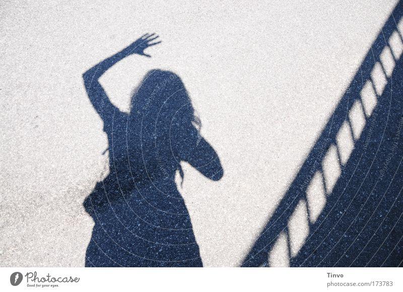 """""""Hallo Urlaub!"""" Frau Mensch Freude Ferien & Urlaub & Reisen Zufriedenheit Erwachsene Arme Fröhlichkeit stehen Abschied Geländer Schatten Begrüßung winken"""