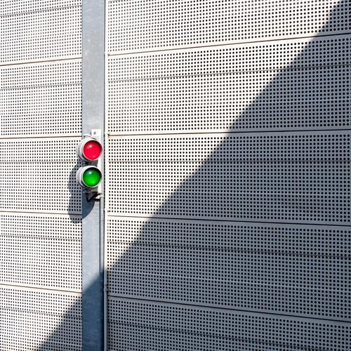 Zwei grün weiß rot Wand Mauer Linie hell Metall einfach Sicherheit Ampel Entschlossenheit