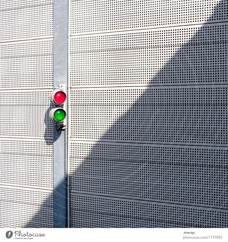 Zwei Mauer Wand Ampel Linie einfach grün rot Sicherheit Entschlossenheit Metall weiß hell Farbfoto Außenaufnahme Muster Strukturen & Formen Menschenleer