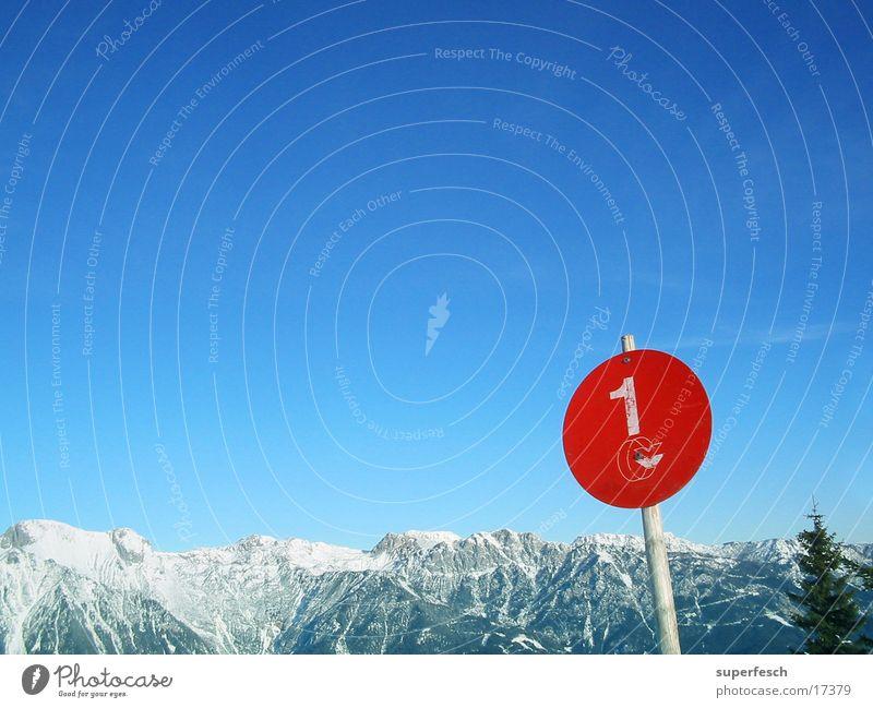 Rote Piste Himmel rot Winter Berge u. Gebirge 1 Schilder & Markierungen Aussicht einzeln Schönes Wetter rund Alpen Baumkrone Blauer Himmel Bergkette Skipiste